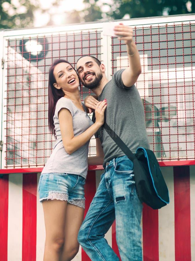 Download Junge Paare, Die Selfie Nehmen Stockbild - Bild von zusammen, draußen: 90225541