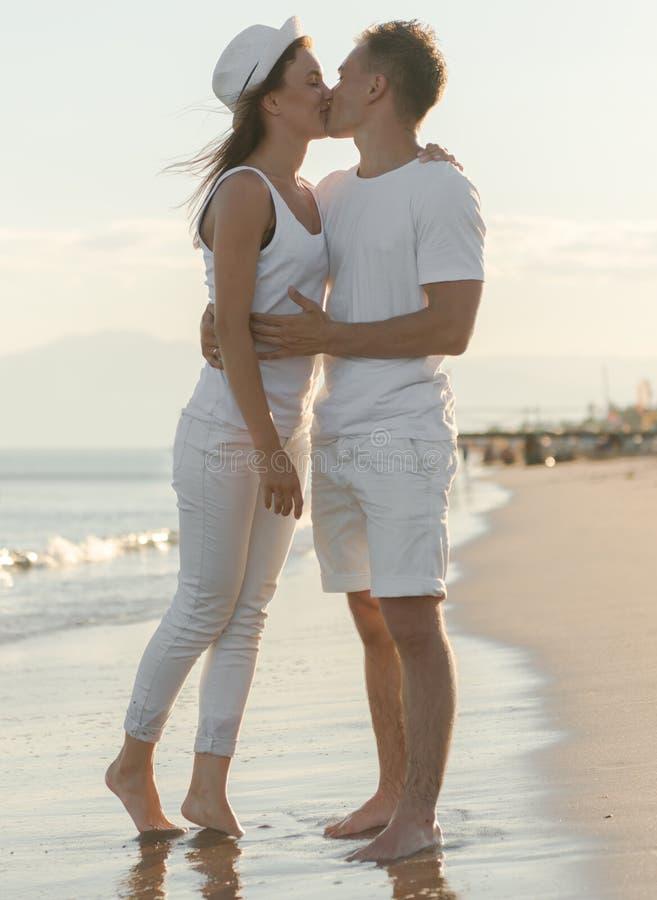 Junge Paare, die sich küssen lizenzfreie stockfotografie