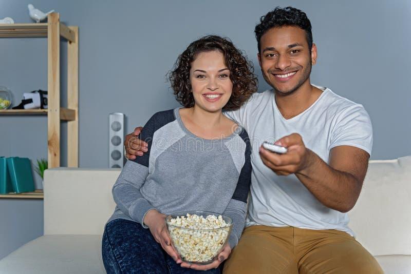 Junge Paare, die sich vorbereiten, Film aufzupassen stockfotografie