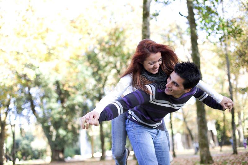 Junge Paare, die Spaß am Park haben stockfotografie
