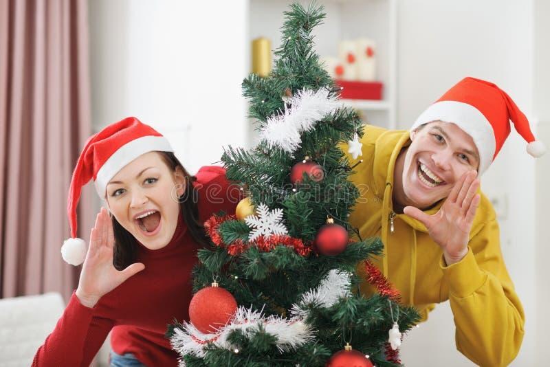 Junge Paare, die Spaß Weihnachtszeit haben lizenzfreies stockfoto