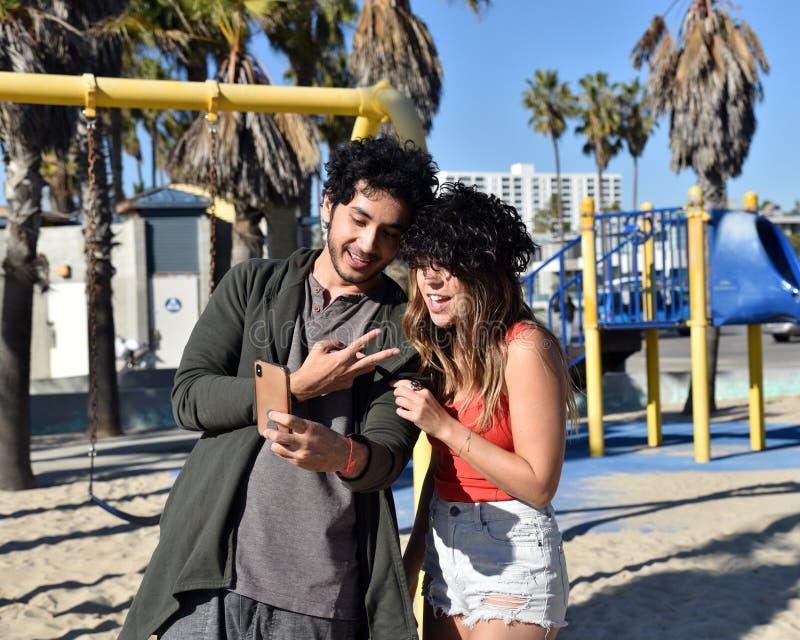 Junge Paare, die um das Nehmen von selfies herumblödeln lizenzfreie stockfotos