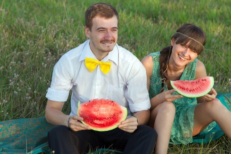 Download Junge Paare, Die Wassermelone Essen Stockbild - Bild von verbunden, ehemann: 26363581