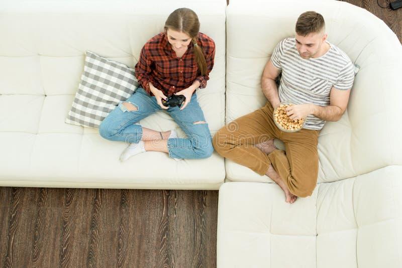 Junge Paare, die zu Hause stillstehen lizenzfreie stockfotografie