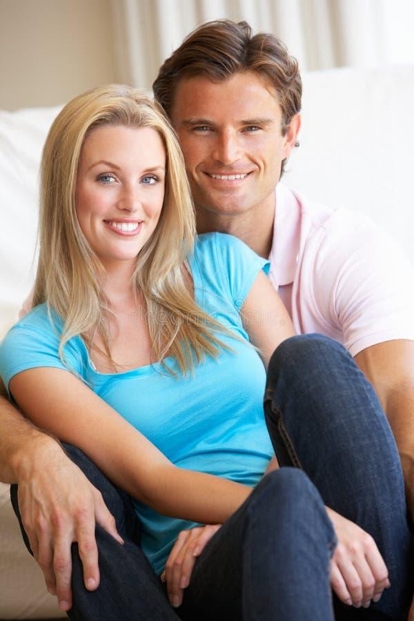 Junge Paare, die zuhause aufwerfen stockbilder