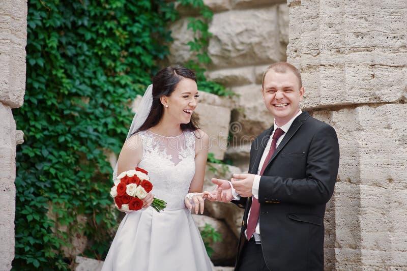 Junge Paare, die zusammen eigenhändig Hand in Sommerpark gehen lizenzfreie stockbilder