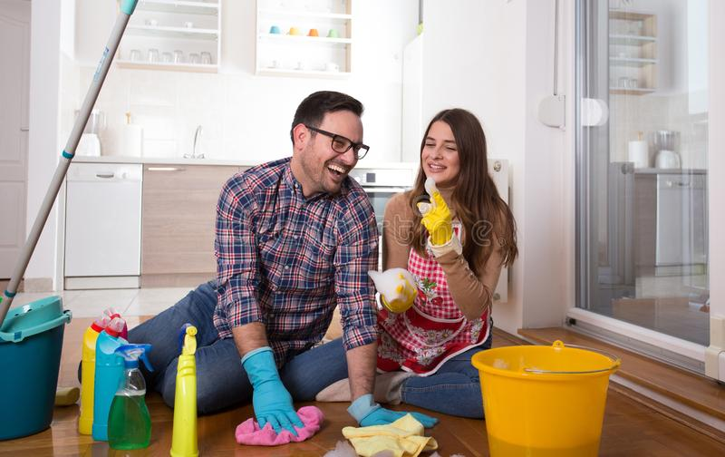 Junge Paare, die zusammen Haushaltung genießen lizenzfreie stockfotografie