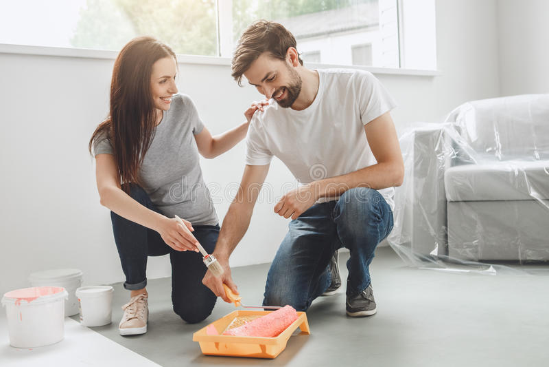 Download Junge Paare, Die Zusammen Wohnungsreparatur Selbst Tun Stockfoto - Bild von leute, kaukasisch: 96930046