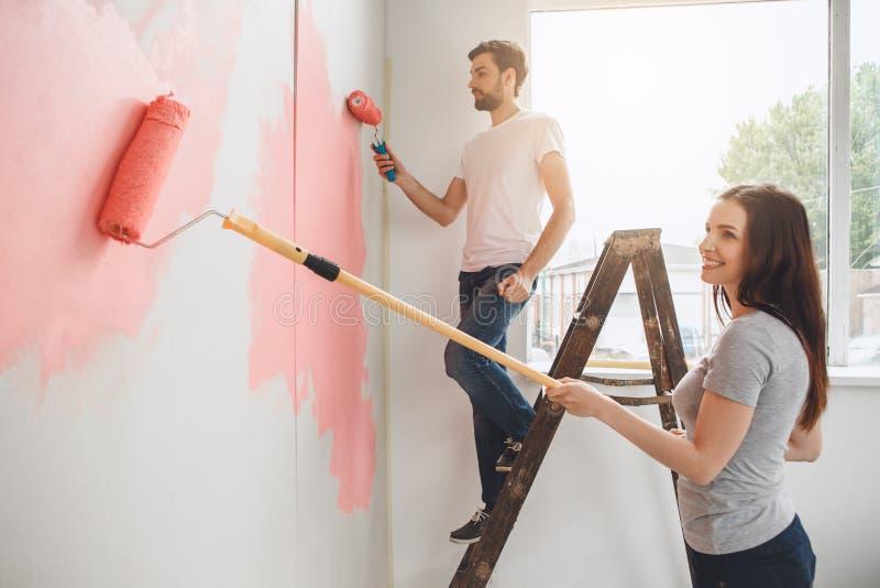 Download Junge Paare, Die Zusammen Wohnungsreparatur Selbst Tun Stockbild - Bild von ethnicity, kaukasisch: 96930151