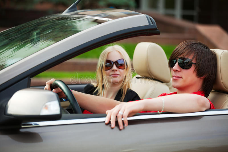 Junge Paare in einem Auto lizenzfreies stockbild