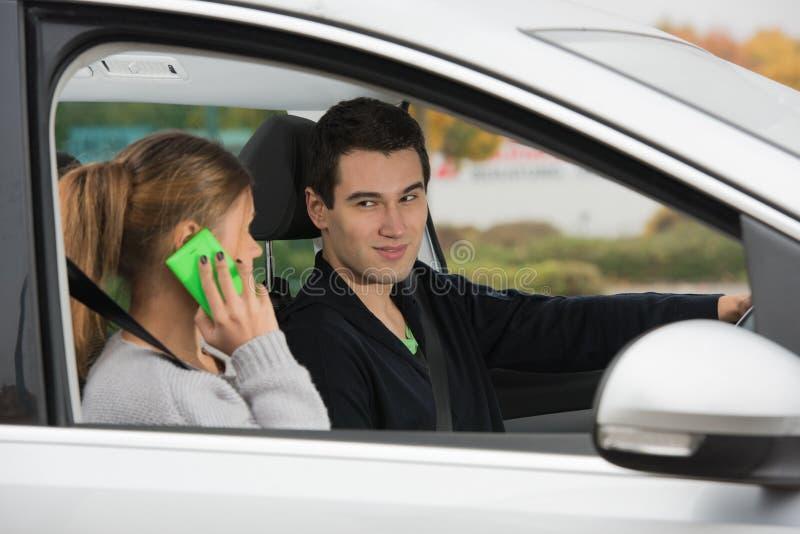 Junge Paare in einem Auto lizenzfreie stockbilder