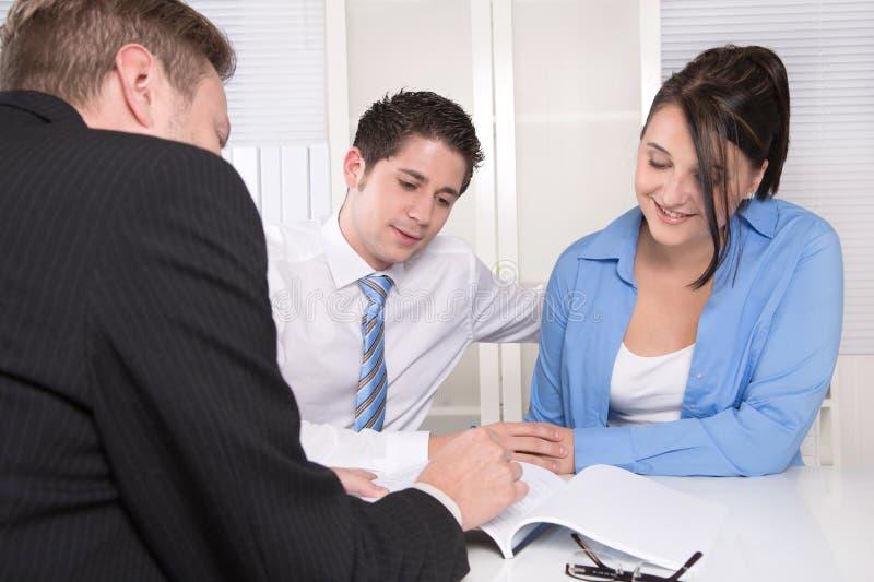 Junge Paare in einer Sitzung - Versicherung oder Bank stockfotografie