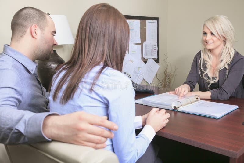Junge Paare in einer Sitzung - Versicherung oder Bank für lizenzfreies stockfoto