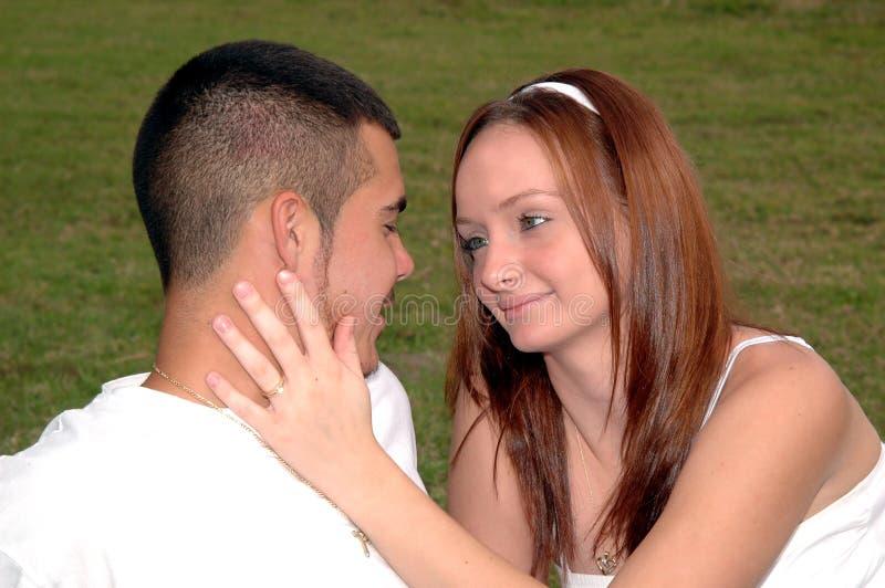 Junge Paare eingerückt stockbild