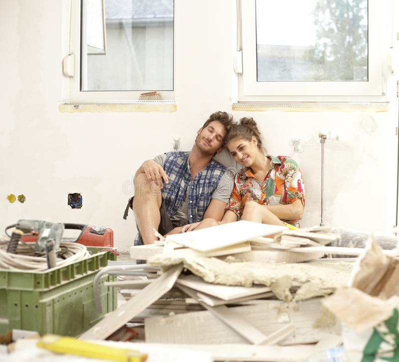 Junge Paare erschöpft in DIY lizenzfreies stockbild