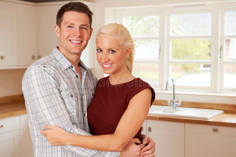 Junge Paare in erstem Haupt zusammen lizenzfreie stockbilder