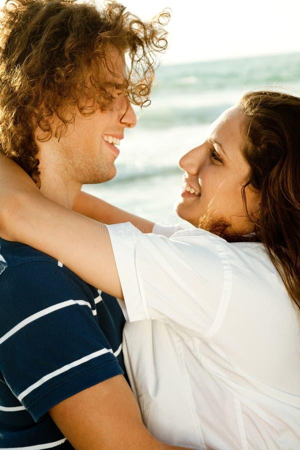 Junge Paare füllten mit Freude stockfotos