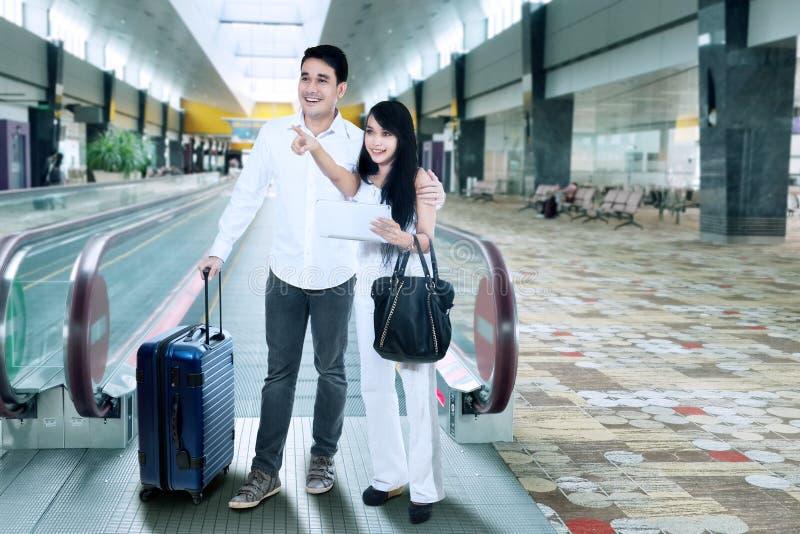 Junge Paare am Flughafen stockbild