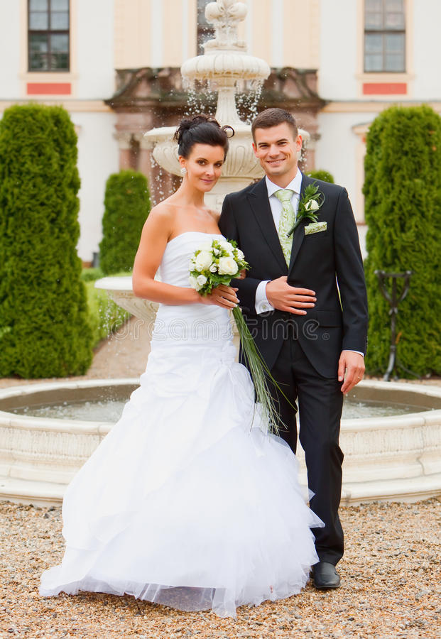 Junge Paare - gerade geheiratet stockfotografie
