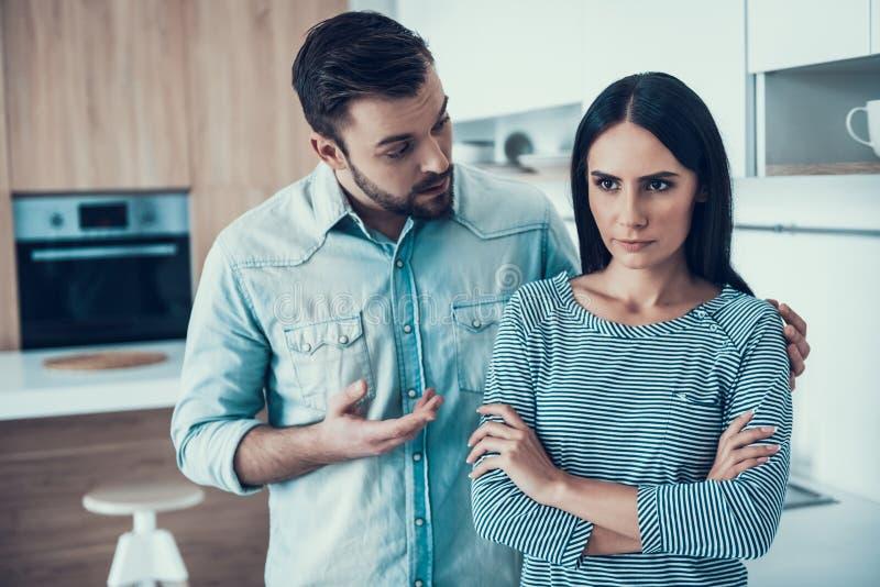 Junge Paare haben Widerspruch in der Küche zu Hause stockfotografie