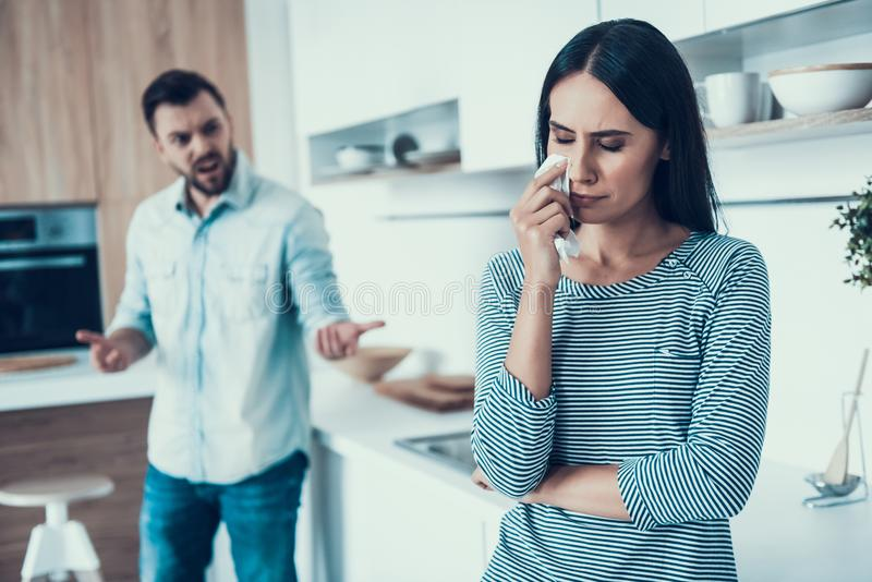 Junge Paare haben Widerspruch in der Küche zu Hause lizenzfreie stockfotos