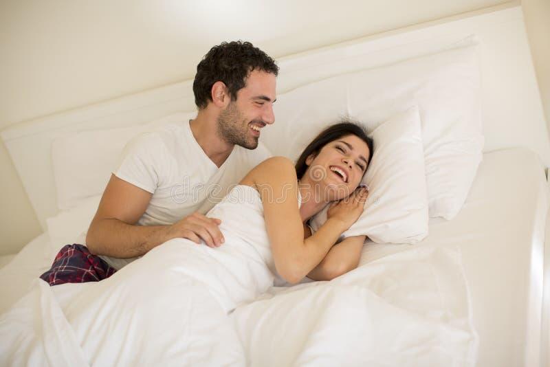 Junge Paare im Bett lizenzfreies stockbild