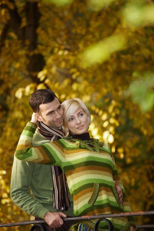 Junge Paare im Freien am Herbst stockfoto