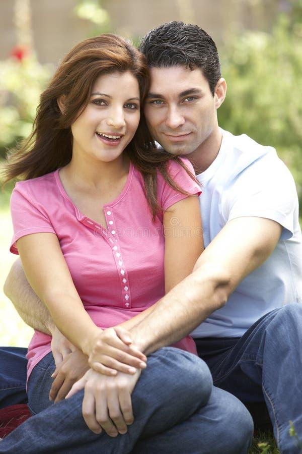 Junge Paare im Garten lizenzfreie stockfotos