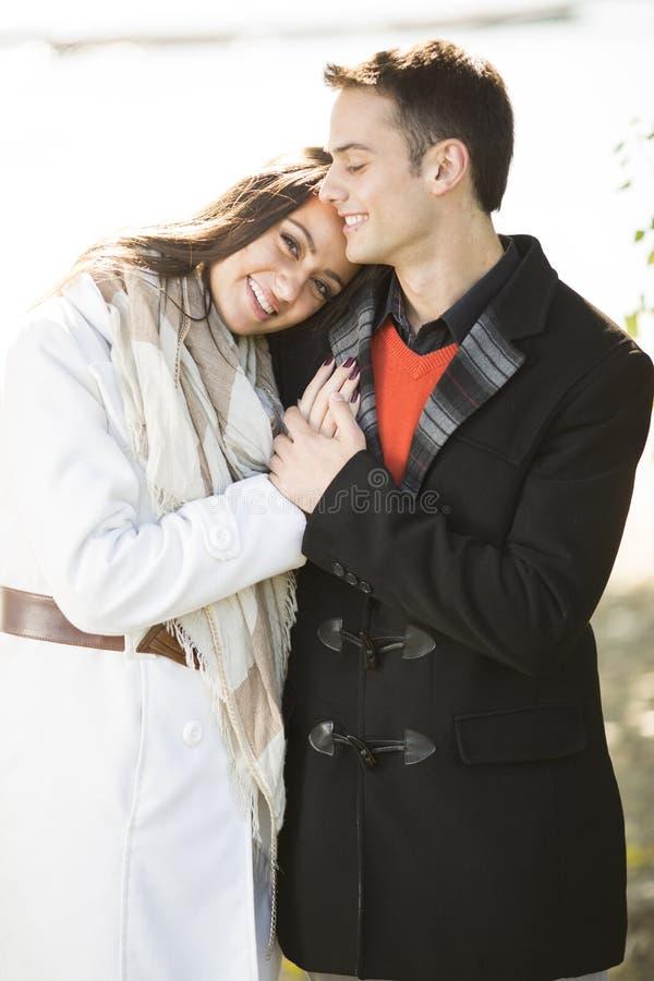 Junge Paare im Herbstpark stockbild