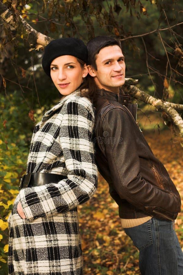 Junge Paare im Herbstpark stockfoto