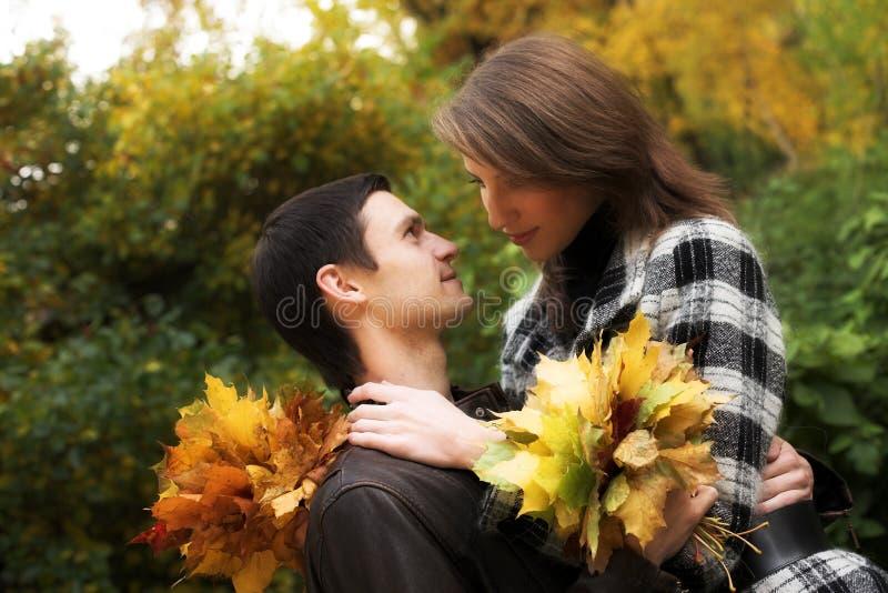 Junge Paare im Herbstpark stockfotografie