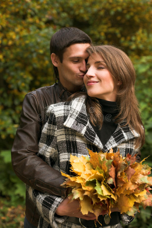 Junge Paare im Herbstpark lizenzfreie stockbilder
