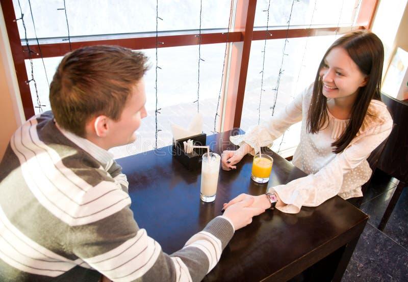 Junge Paare im Kaffee lizenzfreie stockbilder