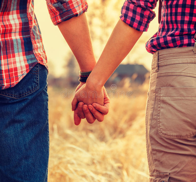 Junge Paare im Liebeshändchenhalten stockbilder