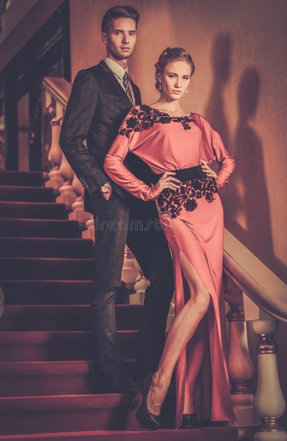 Junge Paare im Luxuxinnenraum stockbild