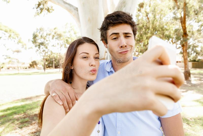 Junge Paare im Park stockfotografie