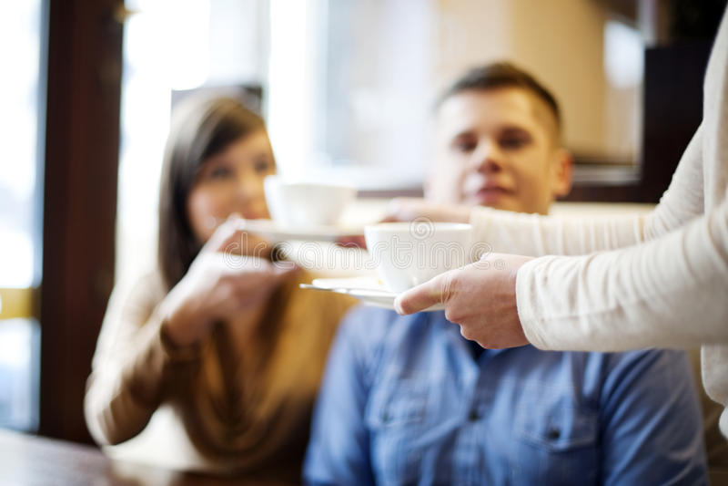 Junge Paare im Restaurant lizenzfreie stockfotografie