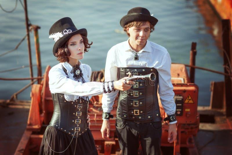 Junge Paare im Stil des steampunk stockbilder