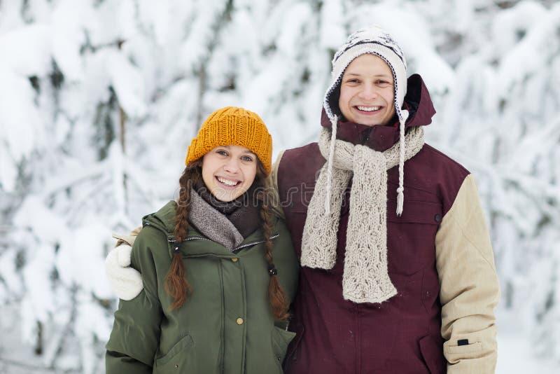 Junge Paare im Winter stockfoto