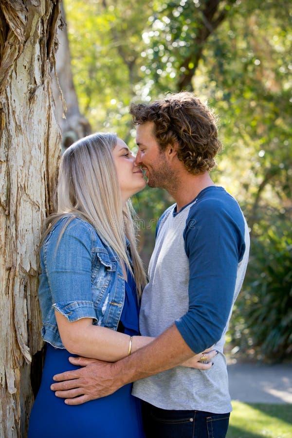 Junge Paare, Mann und Frau, die nah zusammen, ungefähr zu steht lizenzfreie stockfotografie