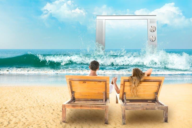 Junge Paare in Meer stockbild