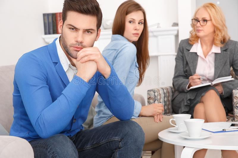 Junge Paare mit dem Psychologefamilientherapiekerl beleidigt von der Frau stockfotos
