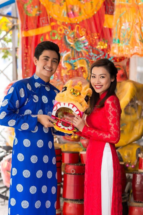 Junge Paare mit einer Maske des Löwes stockfotos