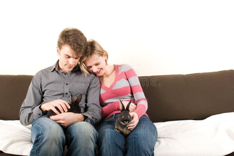 Junge Paare mit Häschen stockfoto