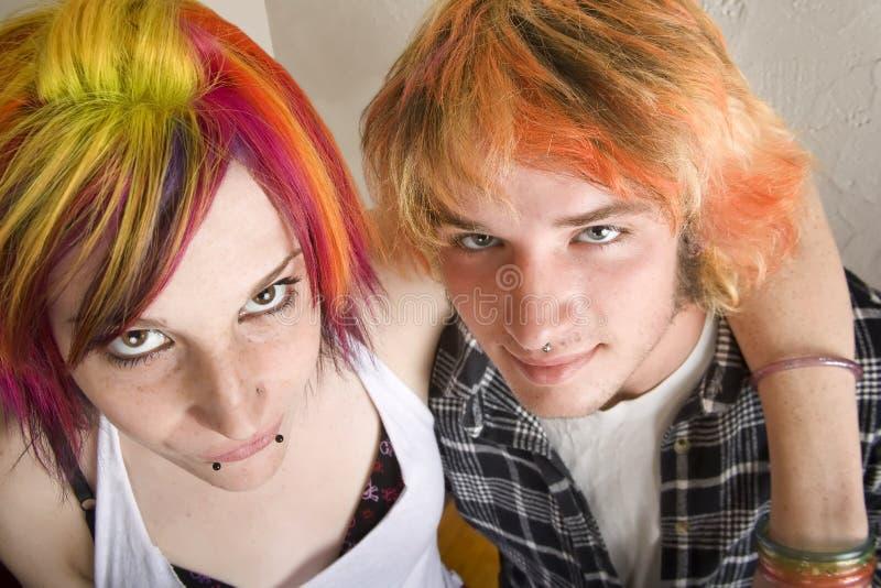 Junge Paare mit heller farbiger Haar-Umarmung stockfotografie