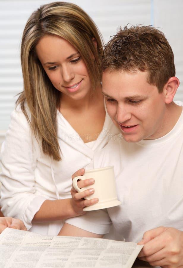 Junge Paare mit Kaffee stockbild