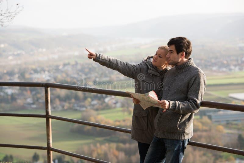 Junge Paare mit Karte stockfotos