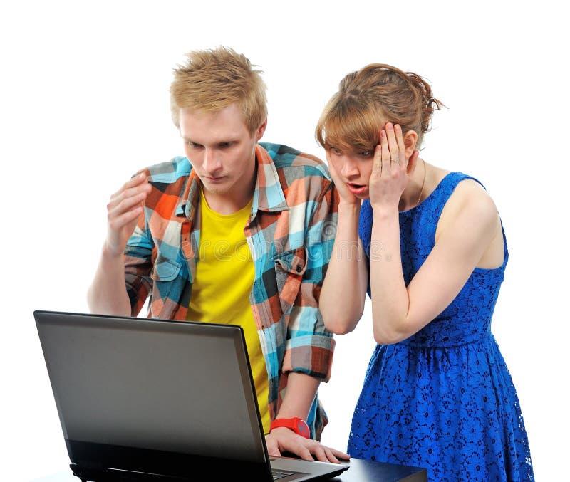 Junge Paare mit Laptop lizenzfreies stockfoto
