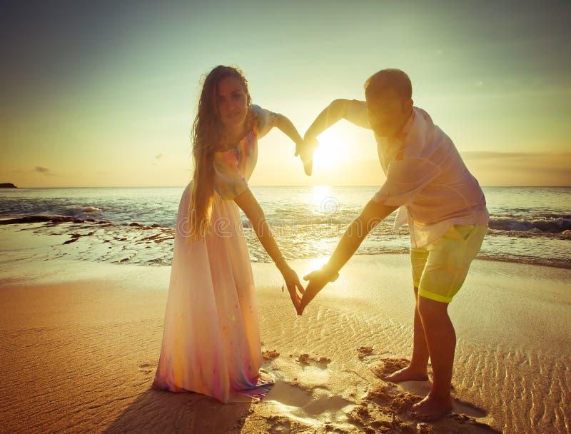 Junge Paare mit Liebeszeichen lizenzfreie stockfotografie