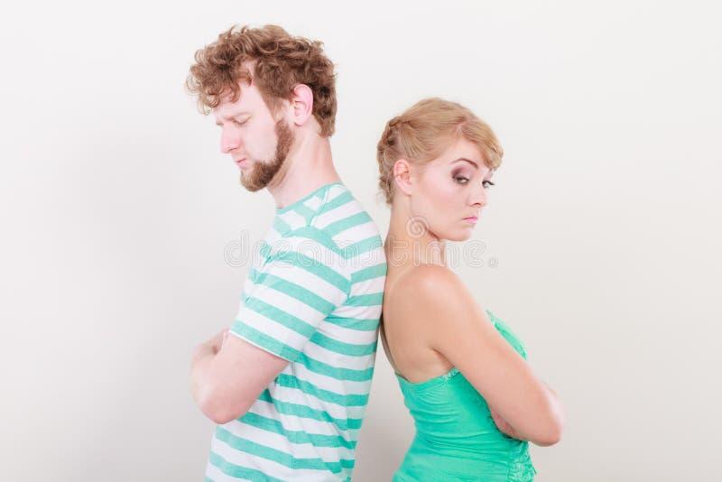 Junge Paare nach dem Streit beleidigt zur?ck zu R?ckseite stockfotografie